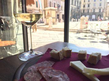 Vinho e salame em Lucca Toscana