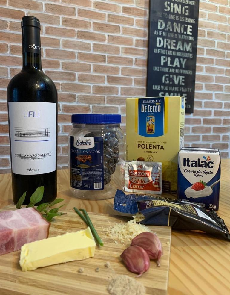 Ingredientes receita de polenta cremosa com molho funghi secchi e vinho tinto