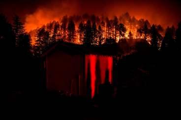 As chamas do fogo descem pela colina em Napa Valley. Fotografia: Samuel Corum / AFP / Getty Images