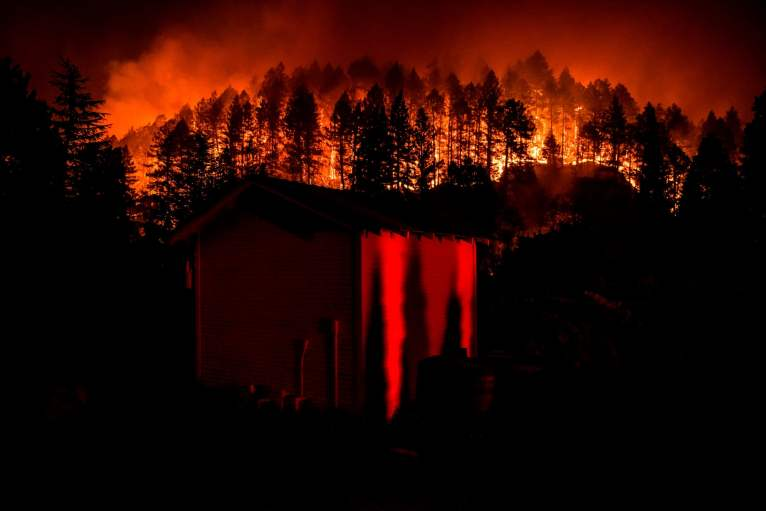 As chamas do fogo descem pela colina em Napa Valley. Fotografia: Samuel Corum / AFP / Getty Images